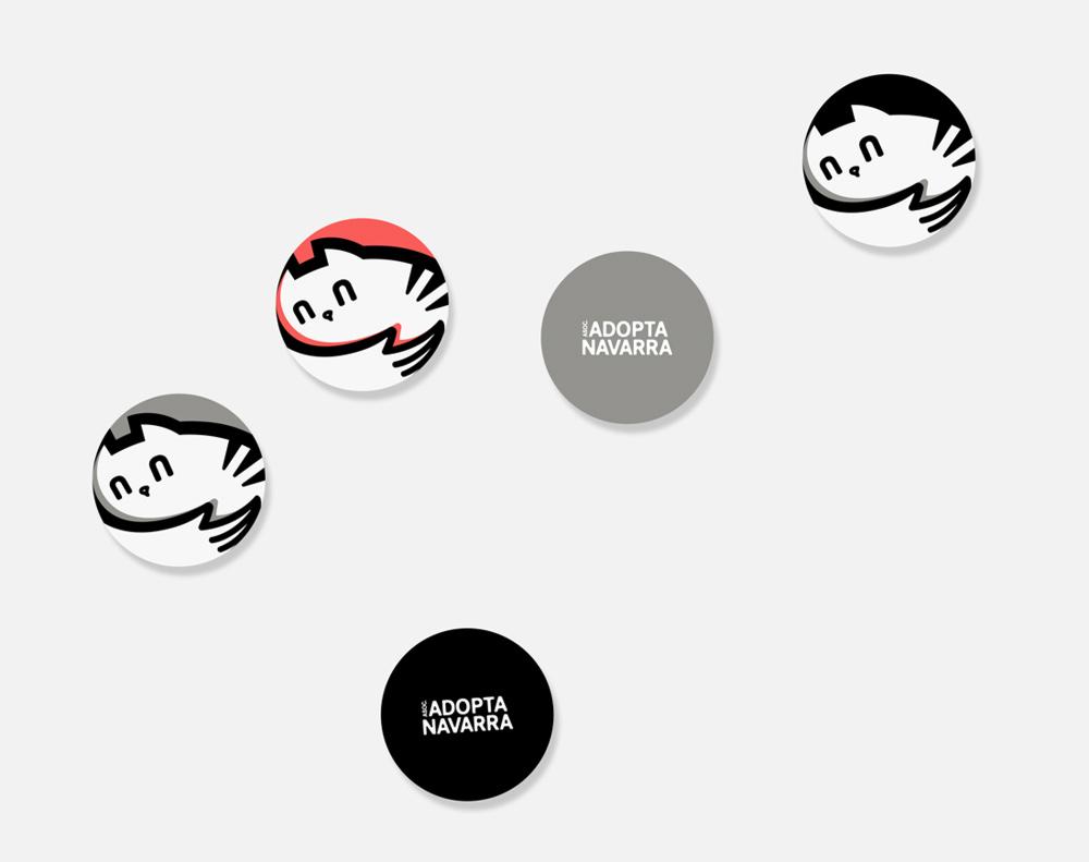 diseño de chapas para la asociación Adopta Navarra