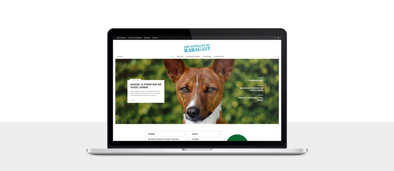 presentación de diseño de magazine electrónico dedicado a los animales y la naturaleza presentado en un portátil