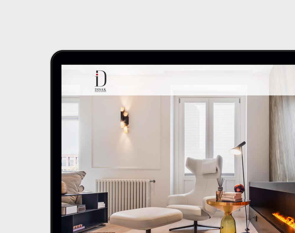 presentación diseño página web de servicios de decoración interior lujo Disak Studio en laptop