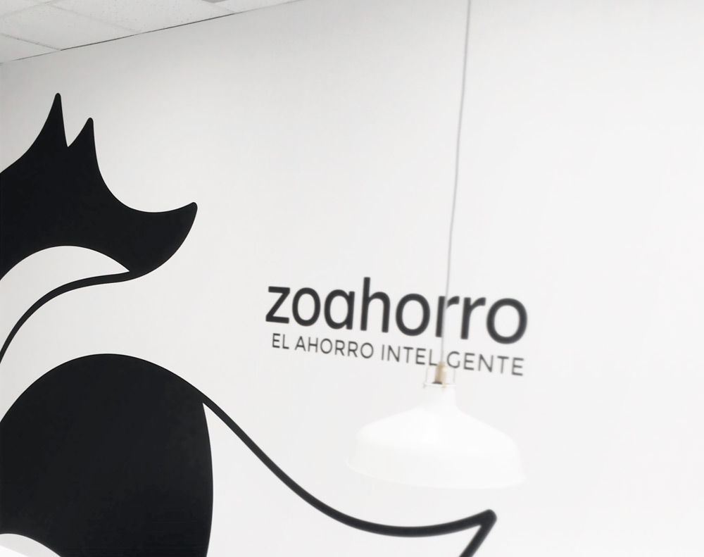 presentación de logotipo aplicado en vinilo en pared de asesoría energética