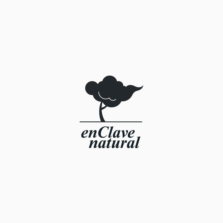 diseño de logotipo de En Clave Natural en blanco y negro